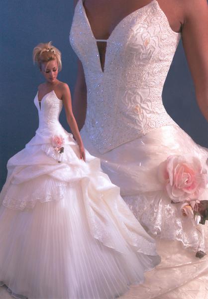 Свадебные платья в том виде, в котором мы знаем их сейчас, появились в моде относительно недавно. До 20 века свадебных платьев как отдельного вида костюма